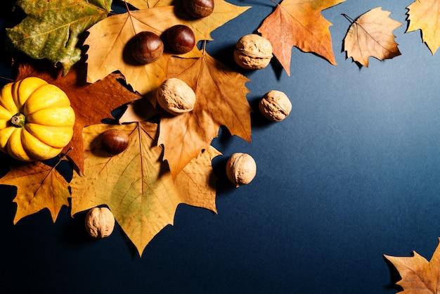 Giorno del ringraziamento con foglie di acero, noci e zucca