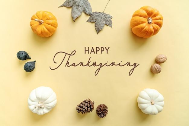 Giorno del ringraziamento con zucca, foglia d'acero e noci