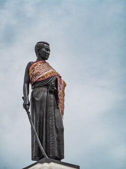 Monumento di thao suranari a korat nakhon ratchasima. una statua di thao suranari si trova nel centro di nakhon ratchasima.