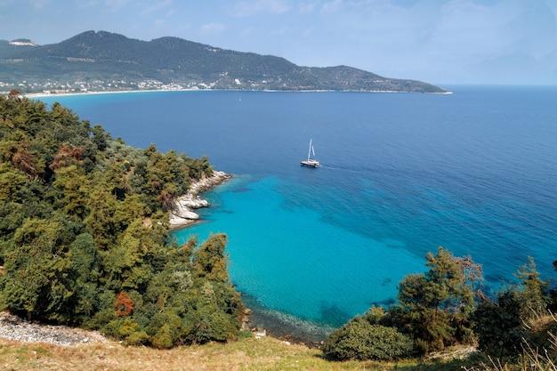 Isola di thassos grecia vista sulla costa fatta di colline scogliere pini mare blu
