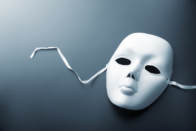 Maschera teatrale su grigio