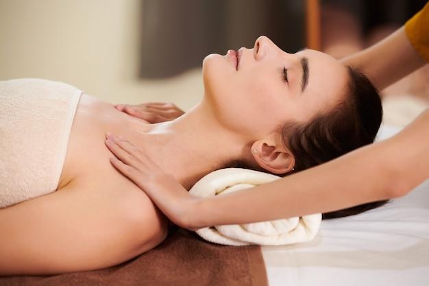 Terapeuta che massaggia donna