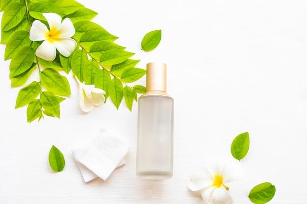 La prima terapia siero tonificante con cotone estratto cosmetico naturale a base di erbe curative per la pelle del viso