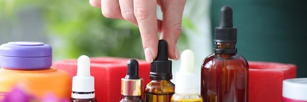 Ci sono oli aromatici per il massaggio sul concetto di oli essenziali da tavola