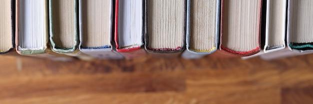 Ci sono libri in fila sullo scaffale. sale di lettura nel concetto di biblioteche