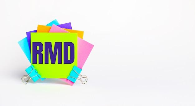 Ci sono adesivi luminosi multicolori con il testo rmd required minimum distributions su uno sfondo bianco. copia spazio