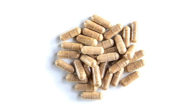 Ci sono molti integratori a base di erbe in capsule. messa a fuoco selettiva. natura.