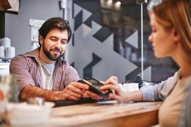 Non c'è niente di vergognoso nell'essere efficienti persone di pagamento per piccole imprese e concetto di servizio