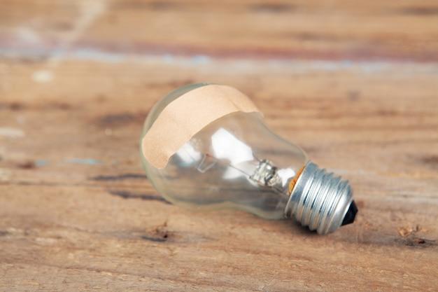 C'è un cerotto sulla lampadina. idea di concetto