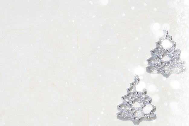 C'è un piccolo albero d'argento su uno sfondo bianco.