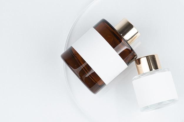 C'è una bottiglia di vetro marrone per il deodorante per ambienti sul tavolo c'è un adesivo bianco sulla bottiglia