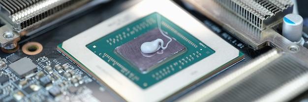 Pasta termica adagiata sul microchip per il primo piano della scheda video