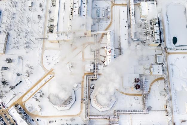 Centrale termica in inverno nella città di minsk. il fumo esce dai grandi camini