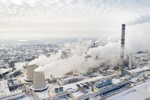 Centrale termoelettrica in inverno nella città di minsk. il fumo esce dai grandi camini.