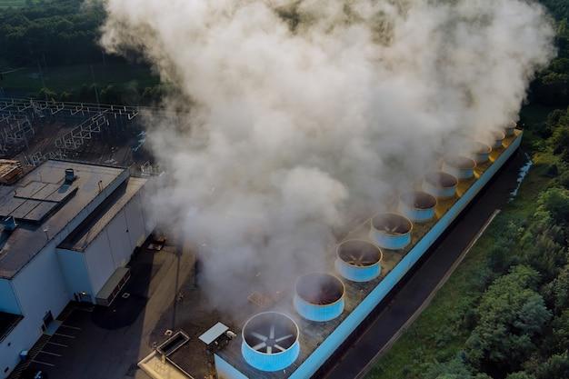 Centrale termoelettrica a vapore di fumo enorme torre di distillazione funzionante