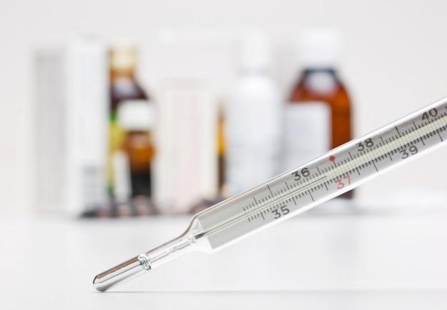 Termometro e un gruppo di farmaci