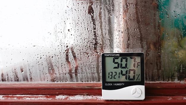 Termometro e igrometro elettronico per il controllo della temperatura e dell'umidità. l'indicatore di umidità è indicato sull'igrometro del dispositivo