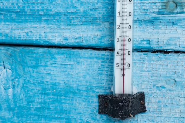 Il termometro sul muro mostra basse temperature in gradi centigradi in inverno