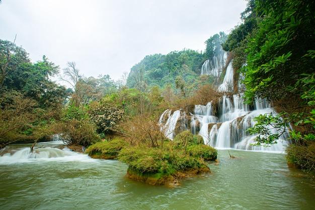 Thi lo su waterfall paesaggio forestale thailandia