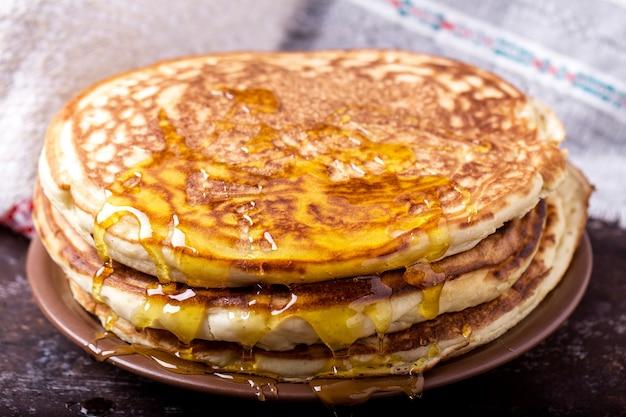 Frittelle spesse con miele. frittelle gustose e dolci