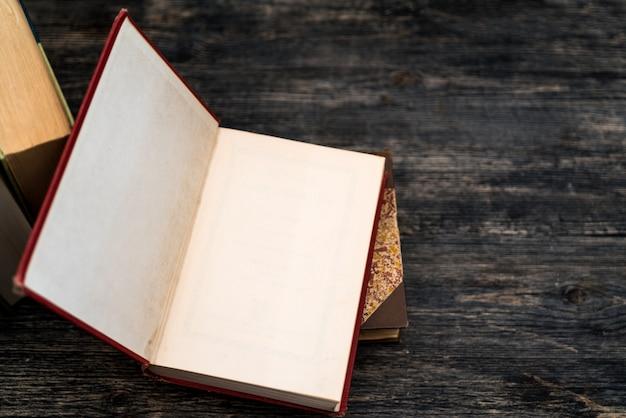 I libri di carta spessa sono un simbolo di educazione e saggezza. una pila di libri sul tavolo. conservazione e diffusione delle informazioni.