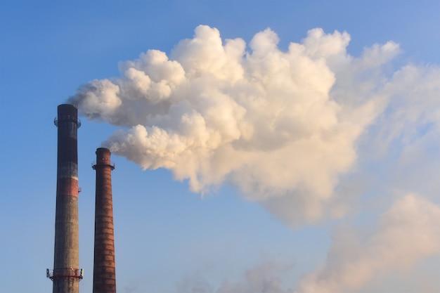 Fumo denso dai camini delle fabbriche. concetto di inquinamento della natura.