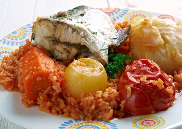 Thieboudienne - piatto tradizionale del senegal.a base di pesce, riso e salsa di pomodoro
