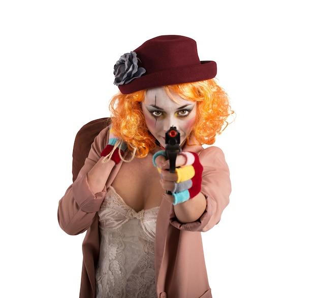 Il pagliaccio ladro mira a colpire con la pistola