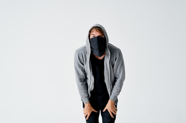 Ladro nella cappa copre il volto del crimine furto di denaro anonimato