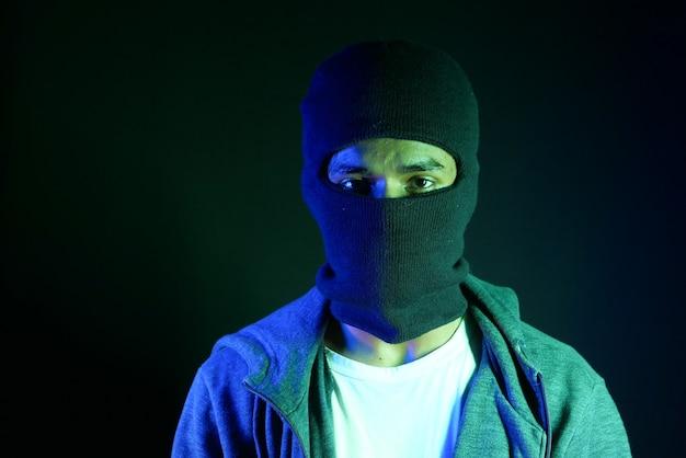 Ladro in una maschera sul nero