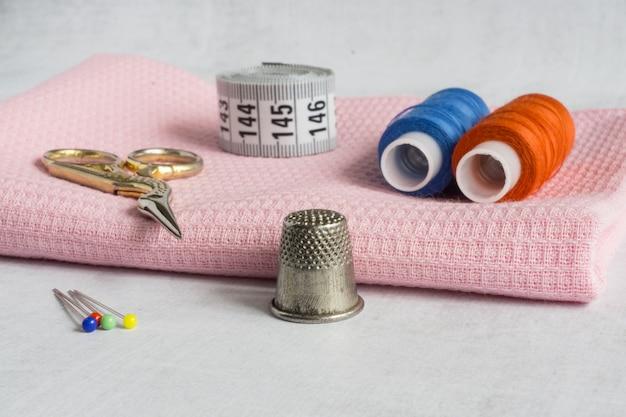 Perni e fili per metro a nastro per forbici ditale Foto Premium