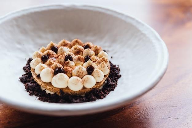 Biscotto sottile alla crema con crema, cacao in polvere e cioccolato