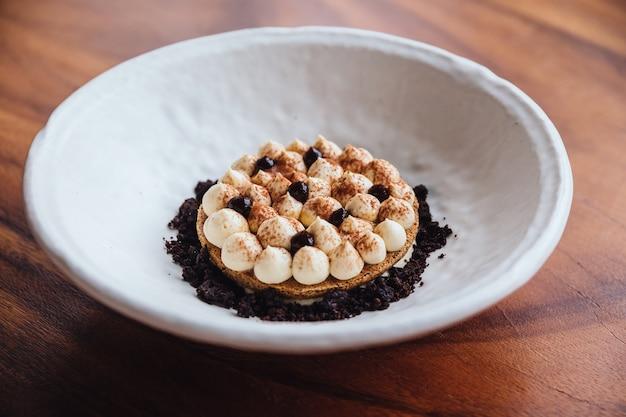 Biscotto sottile alla crema con crema, cacao in polvere.