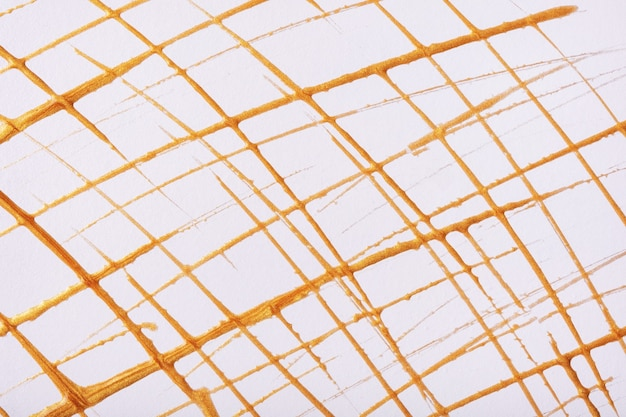 Sottili linee dorate e schizzi disegnati su sfondo bianco. sfondo di arte astratta con tratto decorativo pennello giallo. pittura acrilica con riga di griglia grafica.