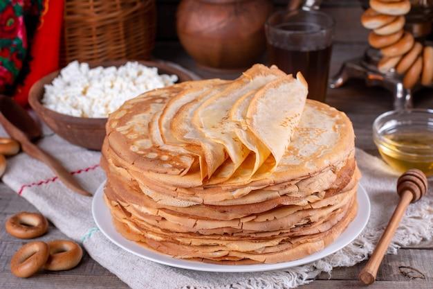 Frittelle fatte in casa sottili. bliny russo. maslenitsa. stile rustico, vista ravvicinata