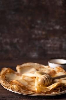 Frittelle sottili con miele. spazio del testo