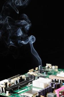 Un sottile flusso di fumo viene emesso da un microcircuito costituito da un circuito con un complesso controllo automatico.