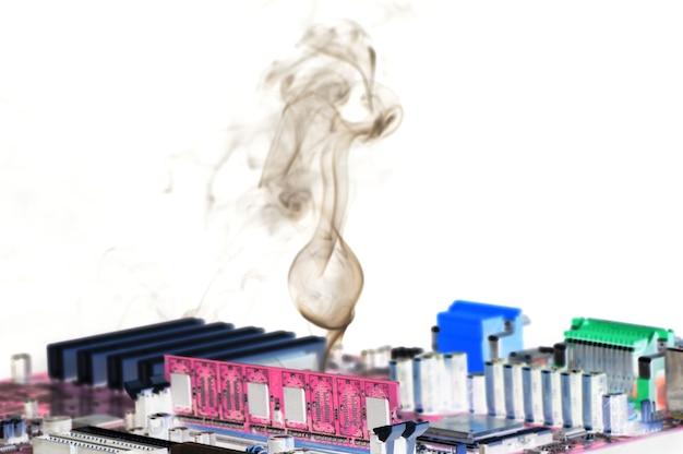 Un sottile flusso di fumo viene emesso da un microcircuito costituito da un circuito