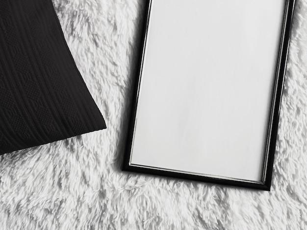 Cornice in legno sottile con copyspace vuoto come stampa fotografica poster mockup cuscino nero cuscino e soffice ...
