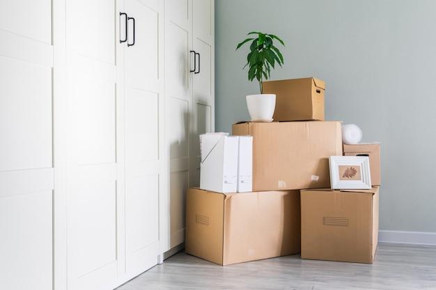 Le cose sono preparate per lo spostamento, imballate in scatole di cartone, copia spazio.