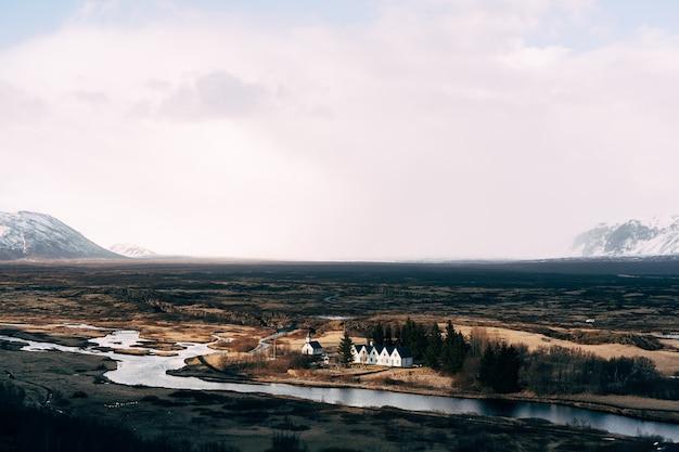 Chiesa di thingvellir vicino alla faglia di sylfra thingvellir valley in islanda