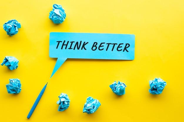 Pensa meglio idea e concetti di creatività con testo su carta a bolle e palla stropicciata di carta.spazio copia