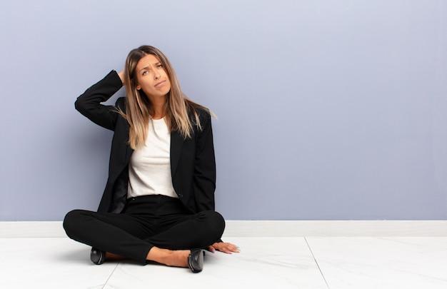Pensare o dubitare, grattarsi la testa, sentirsi perplesso e confuso, vista posteriore o posteriore