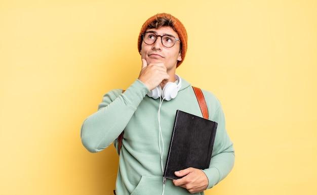 Pensare, sentirsi dubbiosi e confusi, con diverse opzioni, chiedendosi quale decisione prendere. concetto di studente