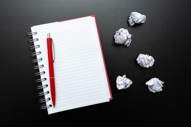 Pensare a nuove idee brillanti, rinnovare la creatività, ispirazione, nuove opportunità, ambiente di lavoro