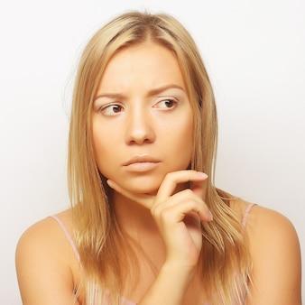 Pensare giovane donna. colpo dello studio. Foto Premium