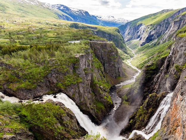 Questo è un bellissimo dipinto di paesaggio fluviale con cascata