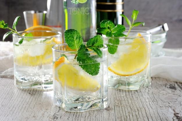 Questo è un cocktail estivo leggero con un porto bianco mescolato con vino secco o dolce