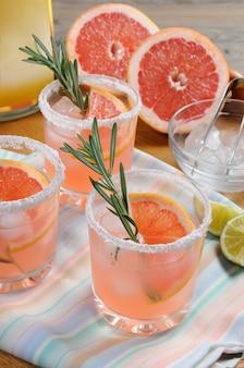 Questo magnifico cocktail di paloma rosa fresca cambierà il modo in cui guardi la tequila