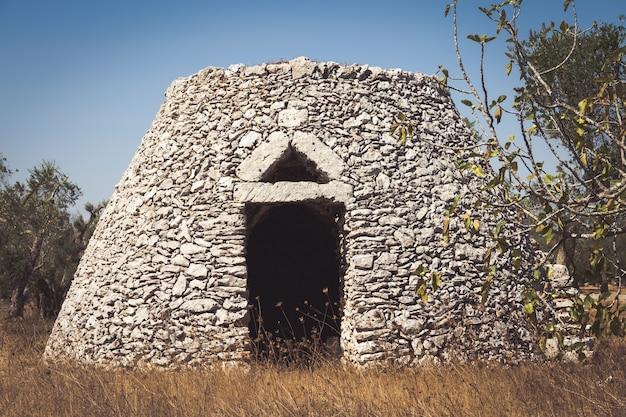 Questo magazzino tradizionale è chiamato furnieddhu in dialetto locale. tutta la struttura in pietra, utilizzata per riparare gli attrezzi agricoli nel paese